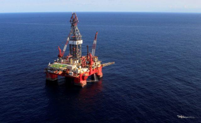 BahrainNOIW.net | اعمال واشنطن في 20 ابريل / بنا / ارتفعت أسعار النفط اليوم الثلاثاء، لتسجل أعلى مستوى في يزيد عن شهر بدعم من هبوط مؤشر الدولار وتوقعات بتراجع مخزونات النفط الخام في الولايات المتحدة. وصعدت العقود الآجلة لخام برنت تسليم يونيو 66 سنتا ما يوازي واحدا بالمئة إلى 67.71 دولار للبرميل، بعدما سجل أعلى مستوى خلال الجلسة عند 67.97 دولار. وزادت العقود الآجلة لخام غرب تكساس الوسيط الأمريكي تسليم مايو 70 سنتا ما يعادل 1.1 بالمئة إلى 64.08 دولار للبرميل. وسجل عقد يونيو الأكثر نشاطا 64.02 دولار مرتفعا 59 سنتا ليقترب من 0.9 بالمئة