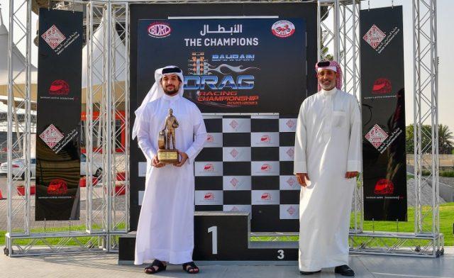 BahrainNOW.net | سمو الشيخ عيسى بن عبدالله آل خليفة يتسلم كأس فوز بحرين 1 بلقب بطولة البحرين الوطنية للدراغ