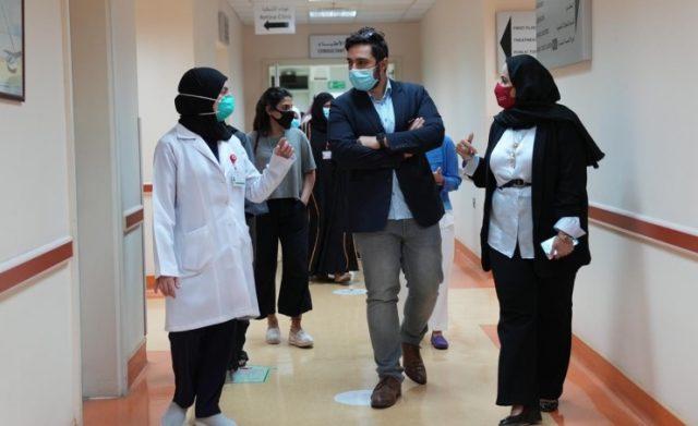 BahrainNOW.net | الرئيس التنفيذي لمراكز الرعاية الصحية الأولية تتفقد مركز بنك البحرين والكويت في الحد في أول يوم من تقديم الخدمات على مدار 24 ساعة
