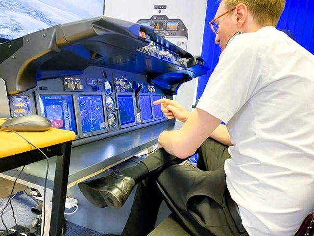 bahrainnow.net :تقوم Cat3C بتثبيت مدرب إلكترونيات الطيران في قاعدة التدريب بمطار جلوستر